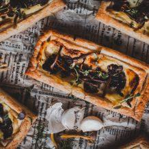 Sienipiirakka I Helppo piirakka I Tarjottavaa illanistujaisiin I Sieniruoka I Suppilovahvero I Resepti I Ruokakuvaus I Valokuvaus I Wild mushroom puffs I Food photography