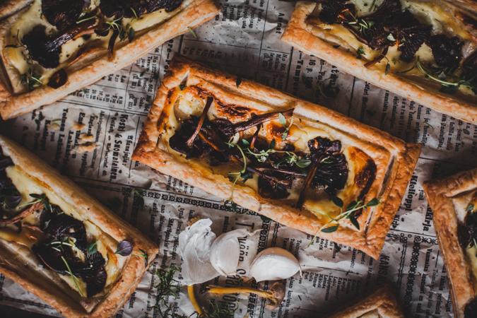 Sienipiirakka I Helpot sienipiirakat I Tarjottavaa illanistujaisiin I Sieniruoka I Suppilovahvero I Resepti I Ruokakuvaus I Valokuvaus I Wild mushroom puffs I Food photography
