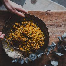 Paistettu riisi I Resepti I Ohje I Kasvisruoka I Lähi-itä I Jogurttikastike I Ruoka I Ruokablogi I Ruokakuva I Fried rice I Vegetarian food I Food photography