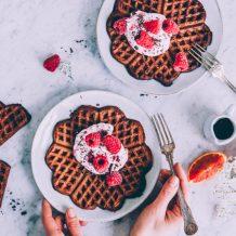 Ystävänpäivä brunssi I Suklaavohvelit I Vohvelit I Vadelma I Suklaa I Resepti I Ohje I Veriappelsiini I Siideri I Chocolate waffles I Valentines brunch I Food photography