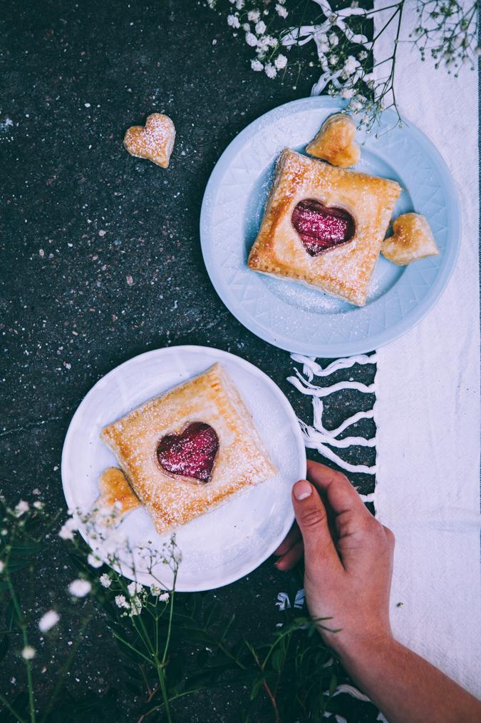 Raparperileivokset I Raparperi I Leivos I Äitienpäivä I Leivonta I Leivonnainen I Sesonkiruoka I Kevät I Ruoka I Rhubarb I Pastry I Food photography