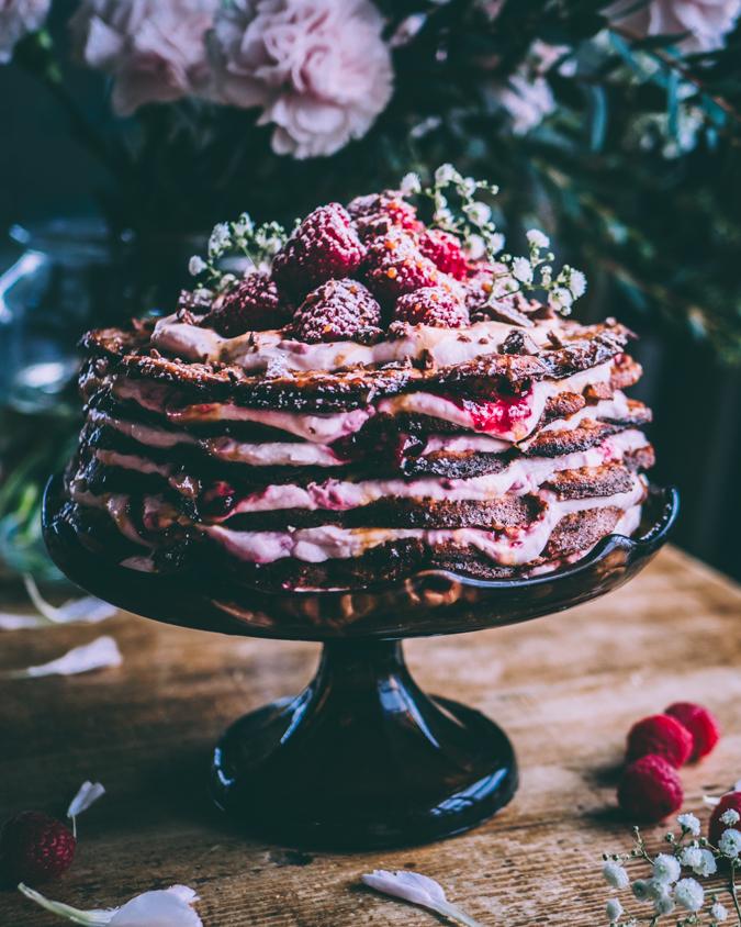 Vohvelikakku I Vadelma I Kinuski I Jälkiruoka I Leivonta I Kakku I Kakut I Vohveli I Vohvelit I Vadelma I Kinuski I Leivonta I Juhlat I Resepti I Idea I Ruokakuva I Ruokakuvaus I Raspberry waffle cake I Food photography