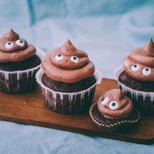 Kakka emoji kuppikakut I Kakkakuppikakut I Kuppikakut I Muffinssit I Suklaamuffinssit I Suklaa I Leivonta I Resepti I Ohje I Lasten juhlat i Synttärit I Poop emoji cupcakes