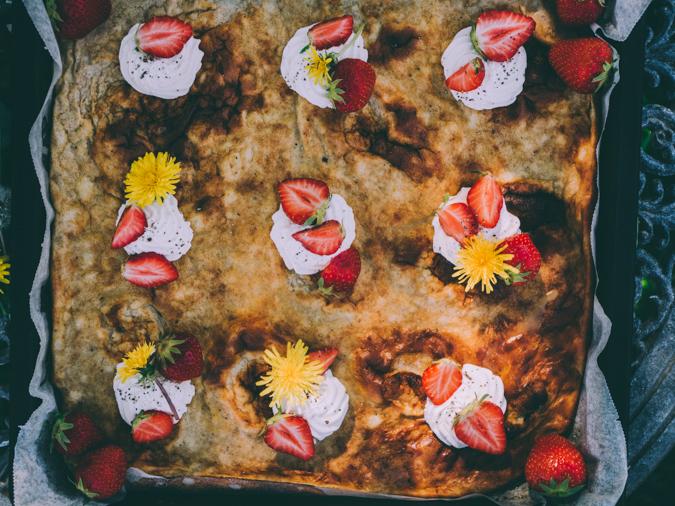 Ahvenanmaan pannukakku I Pannukakku I Leivonnainen I Kesäruoka I Voikukkahillo I Mansikkahillo I Voikukka I Ålands pankaka I Sheet pan pancake