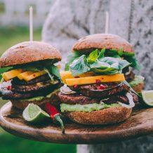 mustapapuhampurilainen I Mustapapu I Härkis I Hampurilainen I Vege I Vegehampurilainen I Kasvishampurilainen I Kasvis I Kasvisruoka I Kesä I Idea I Resepti I Grillaus I Ruokakuvaus I Black bean burger I Vegetarian burger