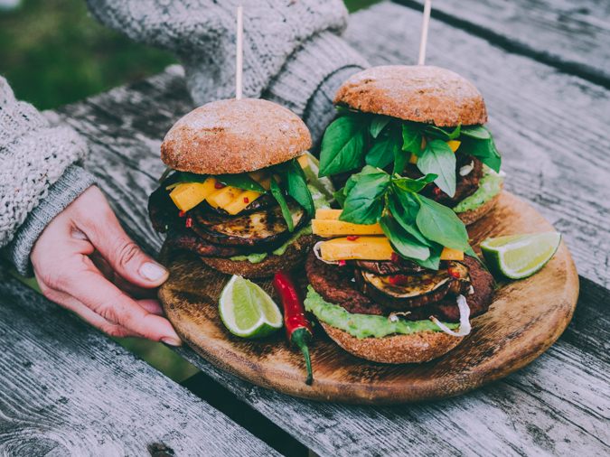 Härkäpapuhampurilainen I Härkäpapu I Härkis I Hampurilainen I Vege I Vegehampurilainen I Kasvishampurilainen I Kasvis I Kasvisruoka I Kesä I Idea I Resepti I Grillaus I Ruokakuvaus I Black bean burger I Vegetarian burger